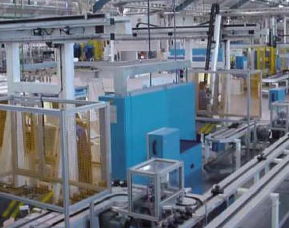 Automatización líneas de transporte paletizado de piezas.